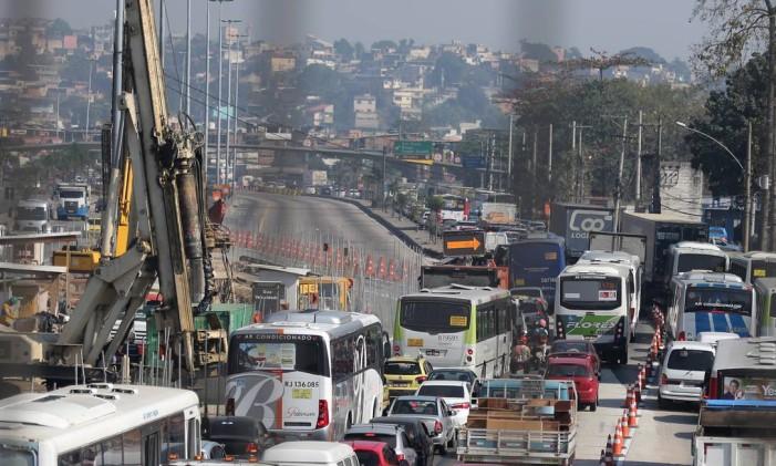 Obras da TransBrasil causam um caos na Av. Brasil Foto: Fabiano Rocha / Agência O Globo (01/08/2015)