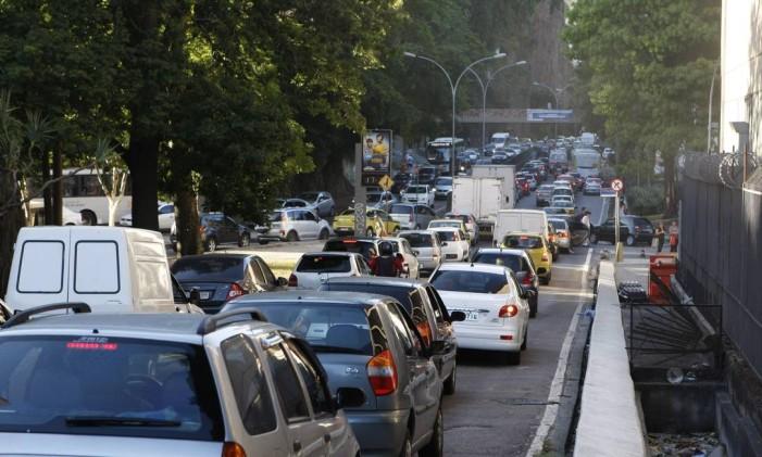 Congestionamento na Rua Pinheiro Machado Foto: Eduardo Naddar / Agência O Globo (17/04/2014)