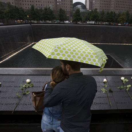 Casal se abraça em frente ao memorial do 11 de Setembro, em Nova York: data põe autoridades em alerta Foto: ANDREW KELLY / REUTERS