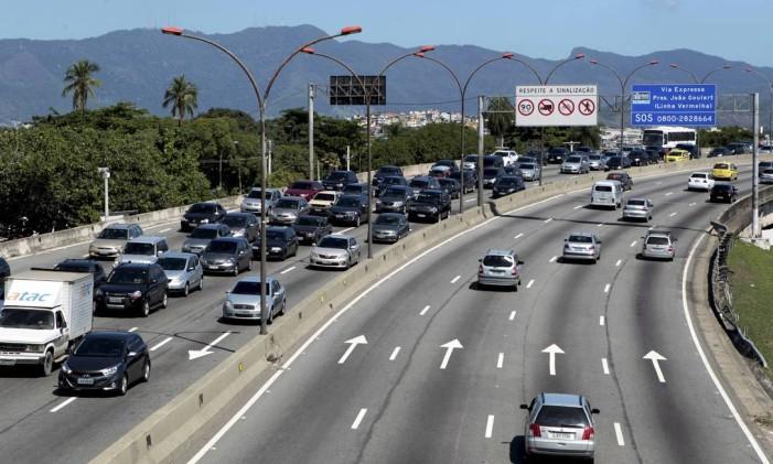 Trânsito intenso na Linha Vermelha sentido Baixada Fluminense Foto: Marcelo Piu / Agência O Globo (12/12/2014)