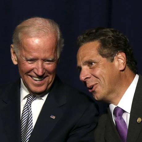 Ao lado do governador de Nova York, Andrew Cuomo, Biden vai a evento sindical Foto: BRENDAN MCDERMID / REUTERS