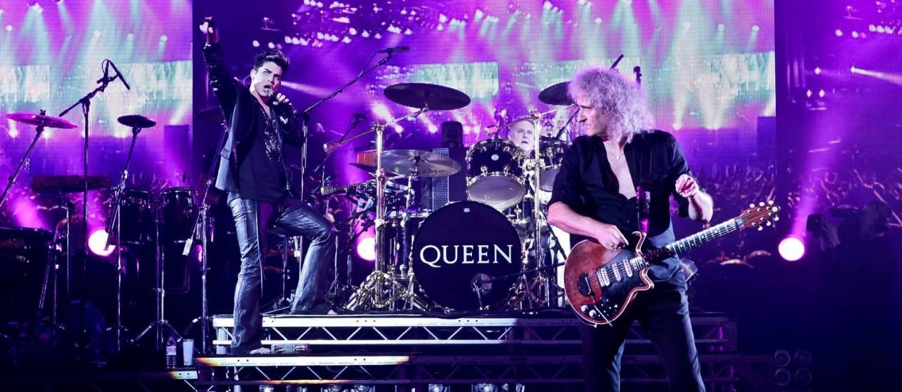 """Queen + Adam Lambert. O vocalista americano conheceu o guitarrista Brian May e o baterista Roger Taylor em 2009, quando tocaram juntos no programa de TV """"American Idol""""; três anos depois, eles estariam saindo juntos em turnê Foto: Divulgação"""