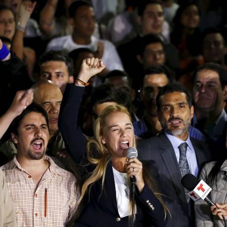 Lilian Tintori, mulher do líder da oposição Leopoldo López, protesta contra a condenação do marido Foto: CARLOS GARCIA RAWLINS / REUTERS