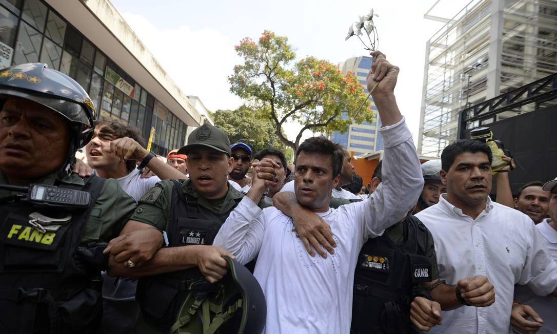 Líder oposicionista da Venezuela, Leopoldo López se entrega à justiça depois de ser acusado de ser o responsável por violência em protestos conte regime de Maduro em 2014 Foto: JUAN BARRETO / AFP