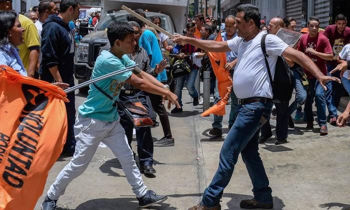 Apoiadores de Nicolás Maduro entram em confronto com manifestantes a favor de López, líder oposicionista preso, no lado de fora da Suprema Corte do país, em Caracas Foto: FEDERICO PARRA / AFP
