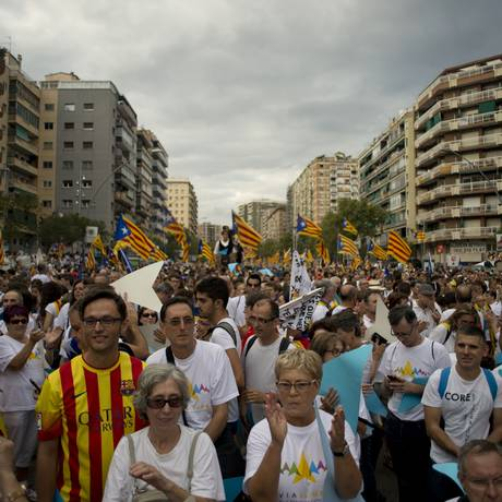 Com bandeiras, placas e camisas do grande clube regional, Barcelona ficou tomada por apoiadores da independência Foto: Jorge Guerrero / AFP