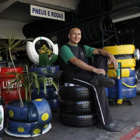 Chagas exibe suas criações na borracharia: peças podem custar até R$ 300 Foto: Pedro Teixeira / Agência O Globo