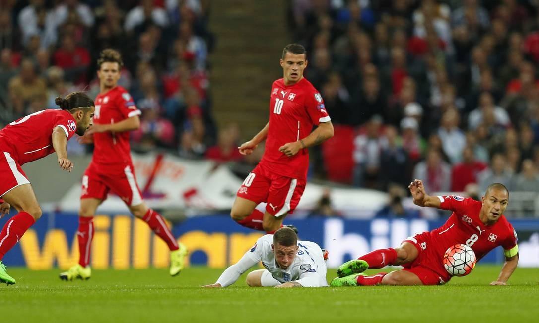 De origem turca, o capitão suíço, Gokhan Inler, disputa bola contra a Inglaterra Foto: Eddie Keogh / REUTERS