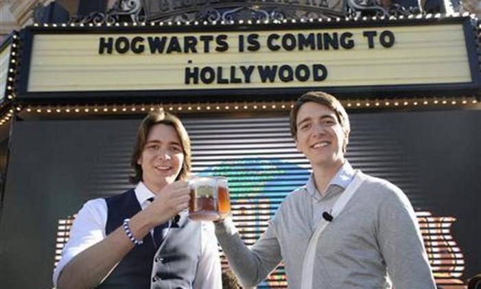 """Em dezembro de 2011, os atores James e Oliver Phelps brindam com uma """"butterbeer"""" durante o anúncio do novo The Wizarding World of Harry Potter no parque Universal Studios Hollywood, emLos Angeles Foto: PHIL McCARTEN / REUTERS"""