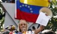 Mulher de López, Lilian Tintori exibe carta do punho do marido pedindo que luta continue