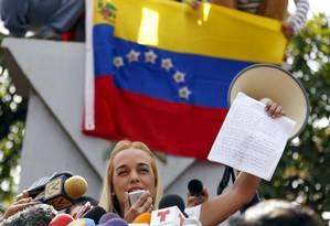 Mulher de López, Lilian Tintori exibe carta do punho do marido pedindo que luta continue Foto: CARLOS GARCIA RAWLINS / REUTERS