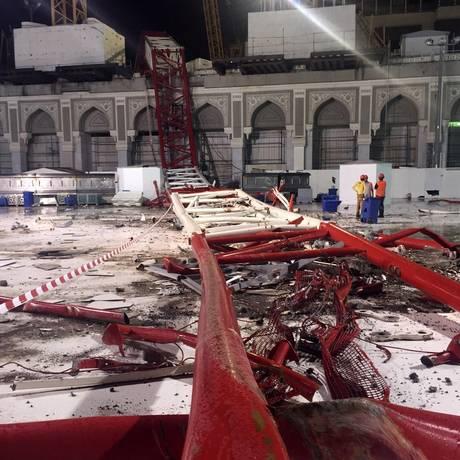 Equipes de emergência saudita investiga queda de guindaste em Meca Foto: - / AFP