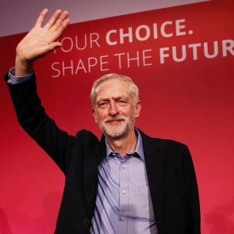 Jeremy Corbyn é aplaudido após anúncio da vitória Foto: STEFAN WERMUTH / REUTERS