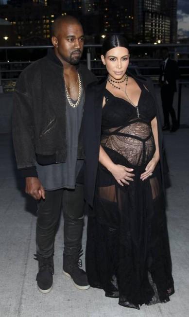 Com o marido, a socialite escolheu um look com ar gótico e usou um 'terço' como colar, no desfile da Givenchy em Nova York, em 2015 Andy Kropa/Invision/AP