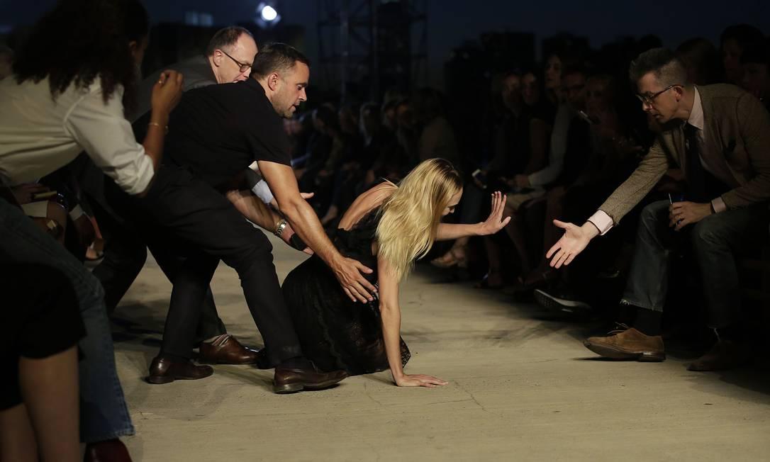 A modelo sul-africana se atrapalhou com o sapato e tomou um tombo Joshua LOTT / AFP