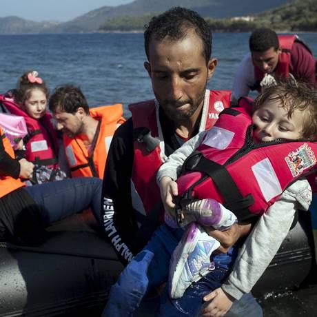 Refugiados sírios chegam à ilha grega de Lesbos Foto: DIMITRIS MICHALAKIS / REUTERS