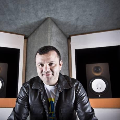 'Som de gringo'. Batutinha em seu estúdio, que foi do DJ Marlboro: o astro do funk o contratou como assistente ao ouvir uma gravação caseira sua Foto: Mônica Imbuzeiro