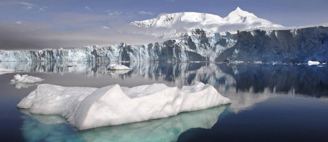 A geleira Sheldon, na Antártica Ocidental, está recuando rapidamente e é um dos exemplos observáveis da desestabilização da plataforma de gelo na região Foto: British Antarctic Survey/NASA