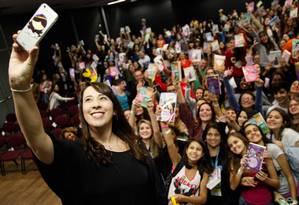 A escritora Paula Pimenta tira uma 'selfie' com os fãs Foto: Agência O Globo / Barbara Lopes