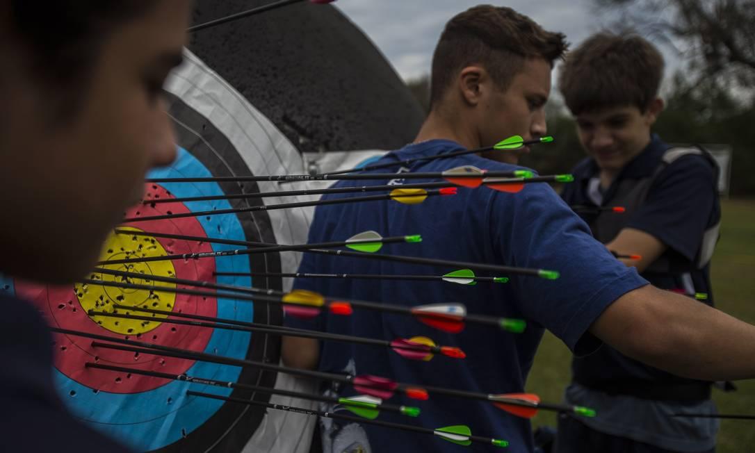 A intensidade do impacto durante a saraivada de disparos nos alvos a 5, 30 e 70 metros indica o grau de dificuldade em cada etapa da evolução do treino no tiro com arco Alexandre Cassiano / Agência O Globo