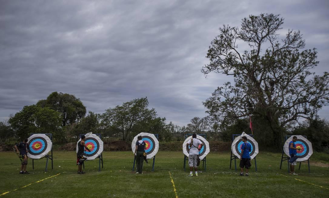 Nas pontas extremas de uma fileira alinhada com mais de 50 arqueiros encontram-se os iniciantes e os experientes Alexandre Cassiano / Agência O Globo
