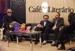 Os autores Marcelo Rubens Paiva (à esquerda), Ronaldo Correira de Brito (centro) e Paulo Scott (à direita) conversam com a mediação de Valéria Lamego Foto: Agência O Globo / Barbara Lopes