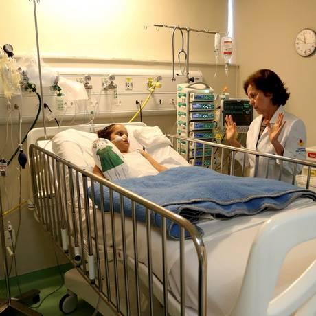Carinho. No CTI, Ana Gabrielle, de 6 anos, recebe os cuidados de Rosa Celia: acompanhada pelo Pro Criança Cardíaca, a menina se recupera de uma cirurgia Foto: Custódio Coimbra / Fotos de Custódio Coimbra