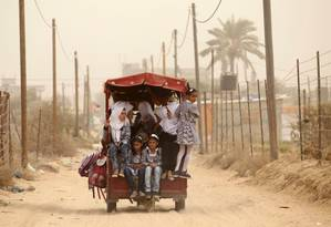 Estudantes palestinos encontram destroços no caminho para a escola Foto: SAID KHATIB / AFP