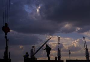 Nuvens no horizonte. Obras de infraestrutura no Porto do Rio: após a perda do grau de investimento, é preciso mostrar aos investidores que vale a pena manter recursos no Brasil Foto: Dado Galdieri / Dado Galdieri/Bloomberg/28-5-2015