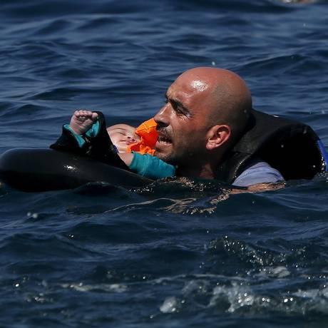 Refugiado sírio resgata bebê após naufrágio na costa da Grécia Foto: ALKIS KONSTANTINIDIS / REUTERS