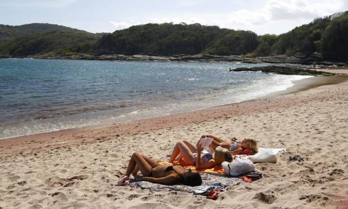 Turistas tomam sol na areia da Praia do Forno, em Búzios Foto: Fábio Rossi / Agência O Globo (15/12/2014)