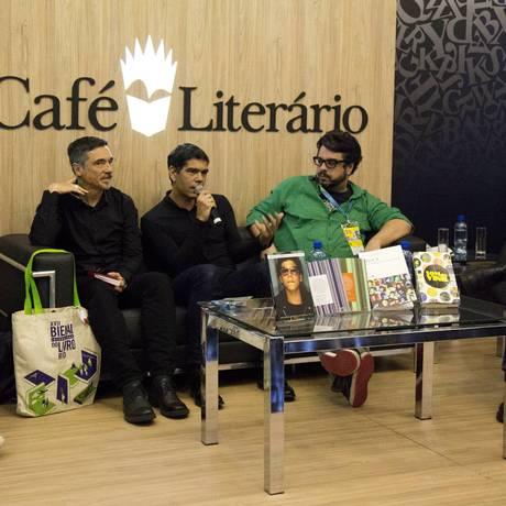 No Café Literário, o mediador Silvio Essinger (à esquerda) e os convidados Charles Gavin, Dado Villa-Lobos, Mauro Gaspar e Arthur Dapieve Foto: Mônica Imbuzeiro