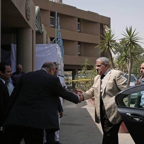 Premier egípcio, Ibrahim Mehleb, aperta a mão de funcionários enquanto chega para visitar turistas mexicanos feridos no hospital Dar Al Fouad, no Cairo Foto: Nariman El-Mofty / AP