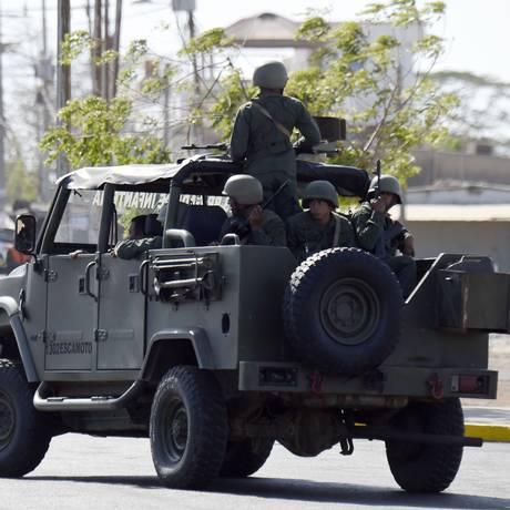 Forças venezuelanas fazem patrulha em Paraguachon, na fronteira com a Colômbia Foto: JUAN BARRETO / AFP