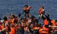 Grupo de refugiados sírios, com dois bebês, chegam a ilha grega de Lesbos