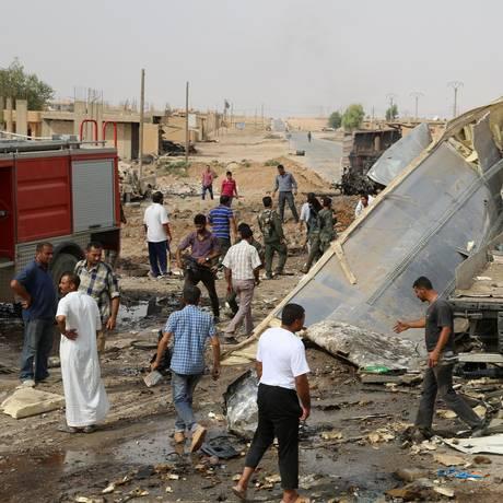 Curdos inspecionam cenário de explosão em Hassakah, na Síria Foto: DELIL SOULEIMAN / AFP
