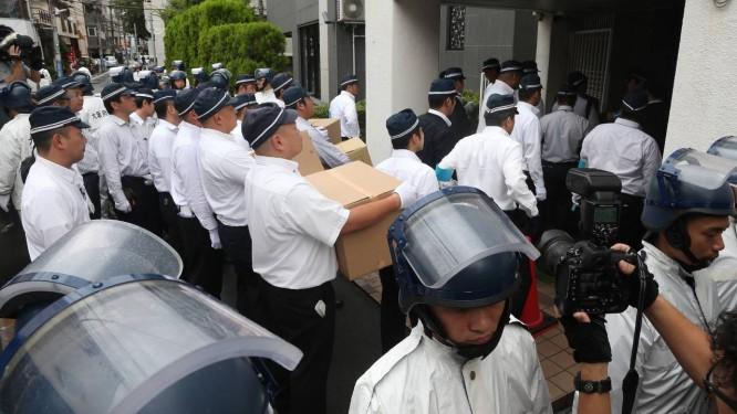 Batida. Polícia dá uma batida no QG da Yamaken-gumi em Kobe Foto: JIJI PRESS / AFP