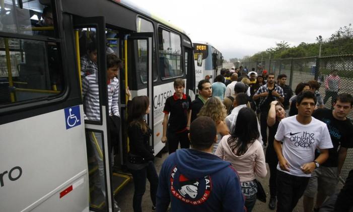 Movimentação de público na chegada à Cidade do Rock Foto: Pablo Jacob / Agência O Globo (24/09/2011)