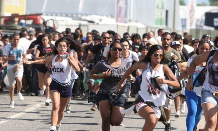 Portões abertos: correria na entrada da Cidade do Rock Foto: Fabiano Rocha / Agência O Globo (13/09/2013)
