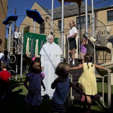 Crianças brincam em uma escola católica em Washington, antes da visita do Papa Francisco aos EUA Foto: Carolyn Kaster / AP