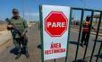 Em Paraguachón, no estado de Zulia, soldados montam guarda em estado de exceção