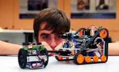 Aluno observa robô: estudantes de 61 equipes de diferentes escolas programaram máquinas para agir em situações de resgate Foto: DIVULGAÇÃO / Divulgação/Felipe Correa