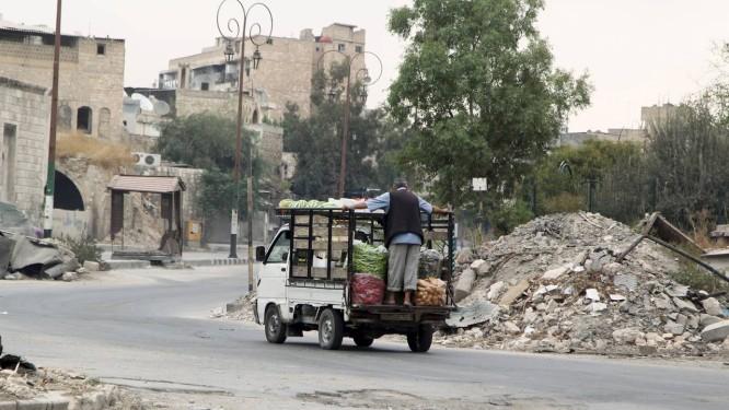 Aleppo é diariamente bombardeada por forças do governo e rebeldes Foto: STRINGER / REUTERS