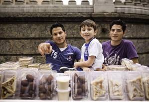 Os irmãos Abd Alrhman (à esquerda), Younes e Ebraheem: vida apertada Foto: Fabio Seixo / Agência O Globo
