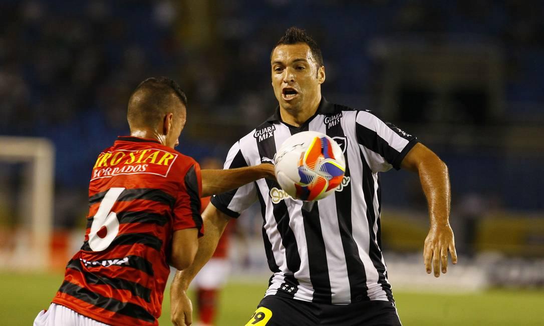 Alvinegro Daniel Carvalho disputa a bola com um jogador do Oeste Marcelo Carnaval