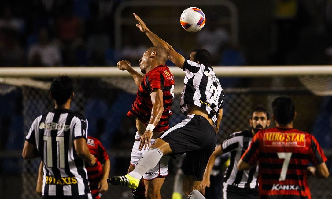 Roger Carvalho disputa a bola com um jogador do Oeste Guilherme Leporace / Agência O Globo