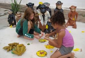 Crianças fazem atividade de artesanato no Vale do Jequitinhonha, em Minas Gerais, no projeto Raízes Desenvolvimento Sustentável Foto: Divulgação / Raízes