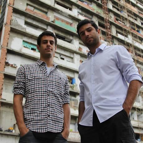 Júlio Molica (à esquerda) e Rodrigo Carvalho à frente da Torre de David Foto: Divulgação