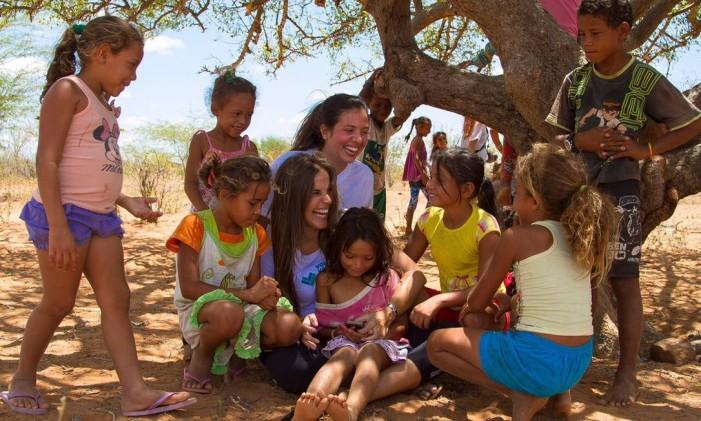 Giulia e as crianças Foto: Divulgação Volunteer Vacations