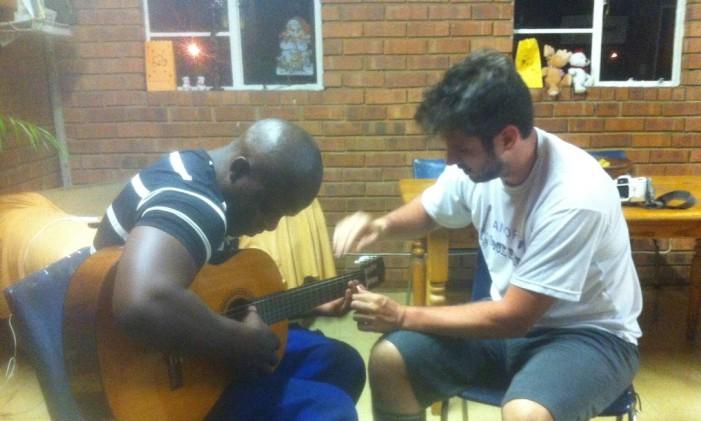 Aula de violão no tempo livre Foto: Arquivo Pessoal